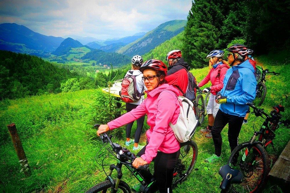 eine Gruppe ist mit E-Bikes im Nationalpark unterwegs