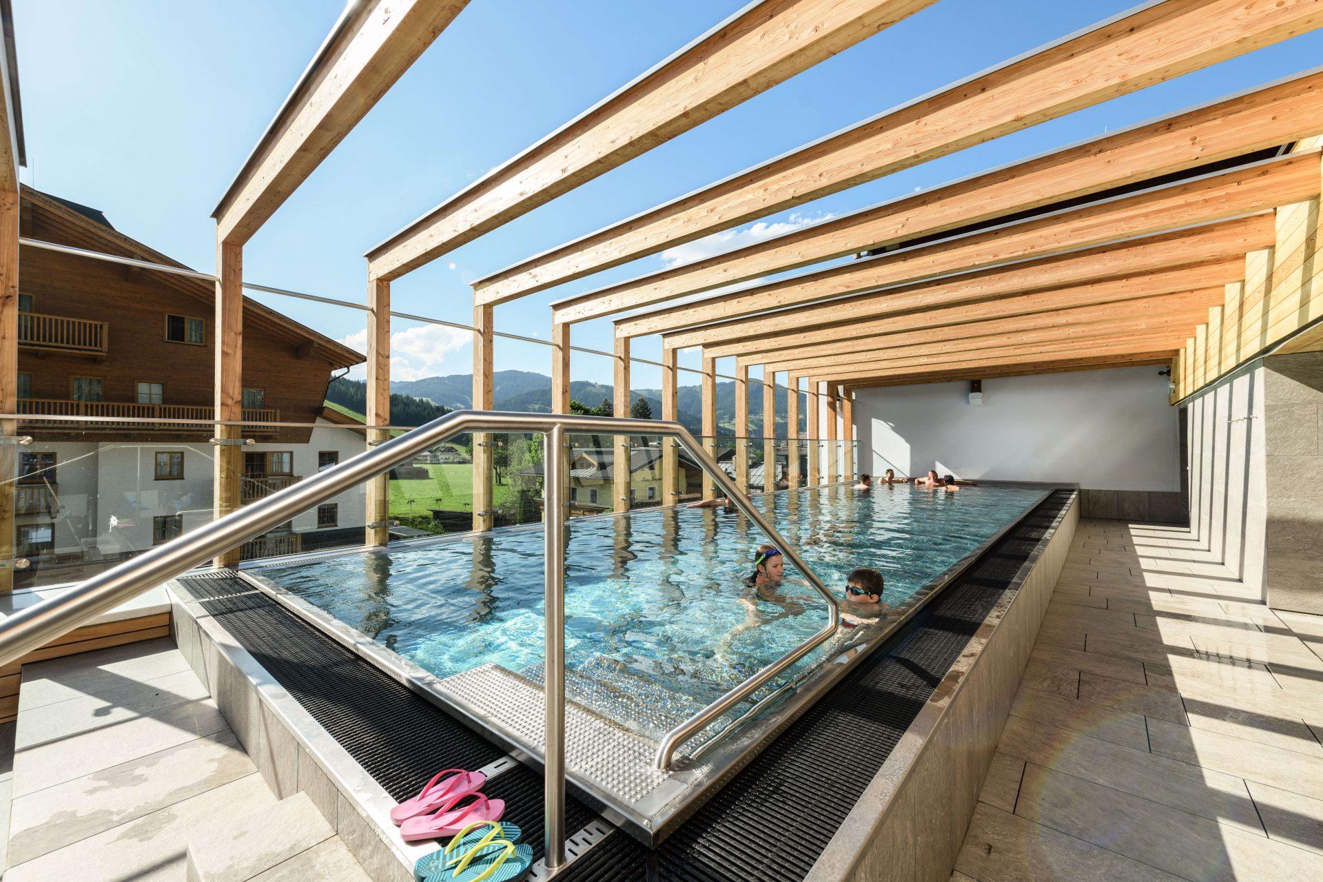 Rooftop Pool im Umweltzeichen Hotel Tauernhof