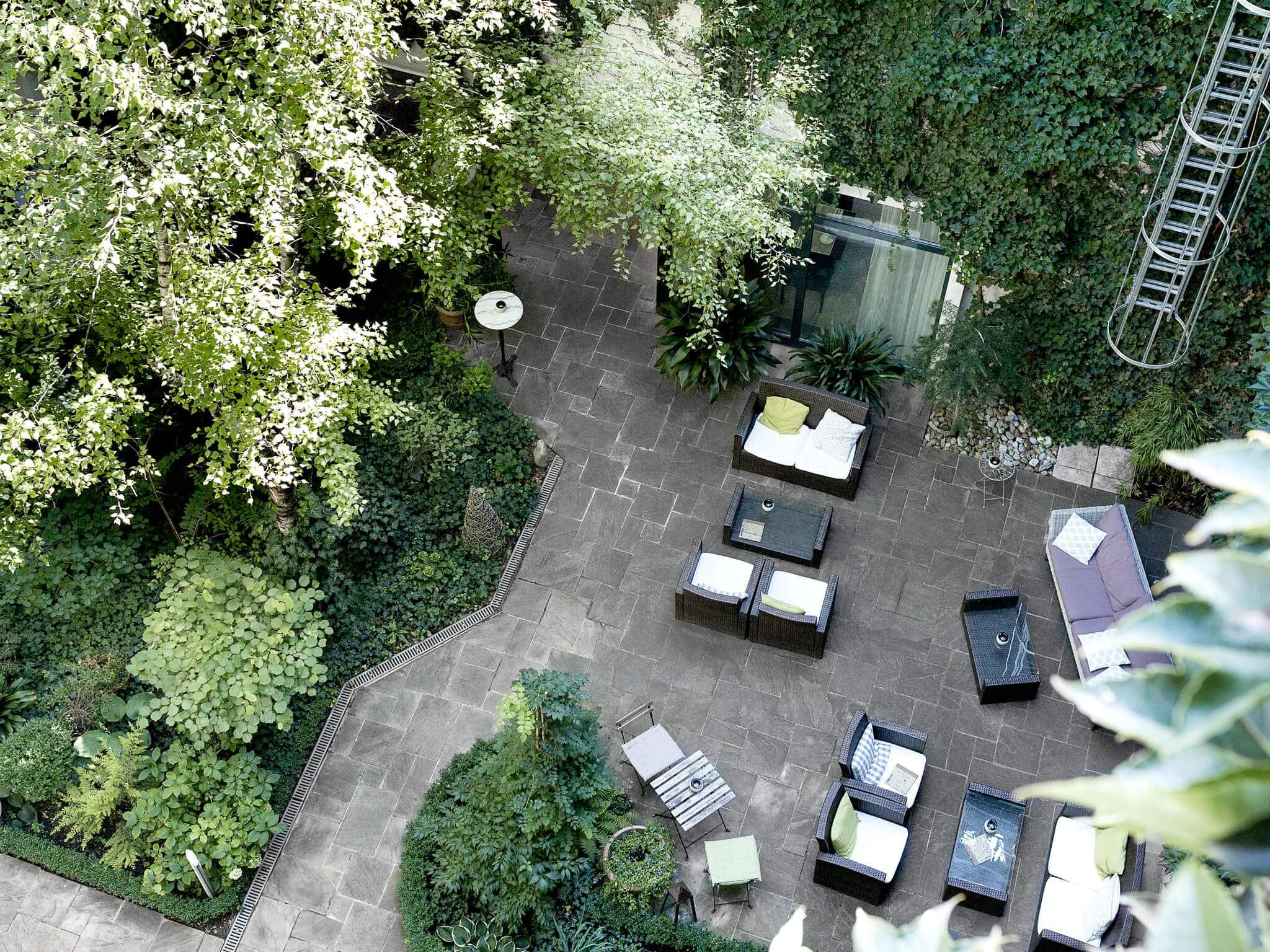Vogelpersepektive Garten Loungebereich ©Boutiquehotel Stadthalle