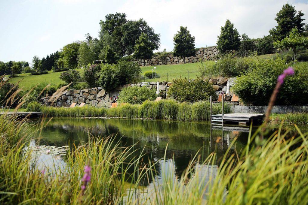 Im hauseigenen Garten und dem Schwimmbiotop lässt sich der Sommer aushalten