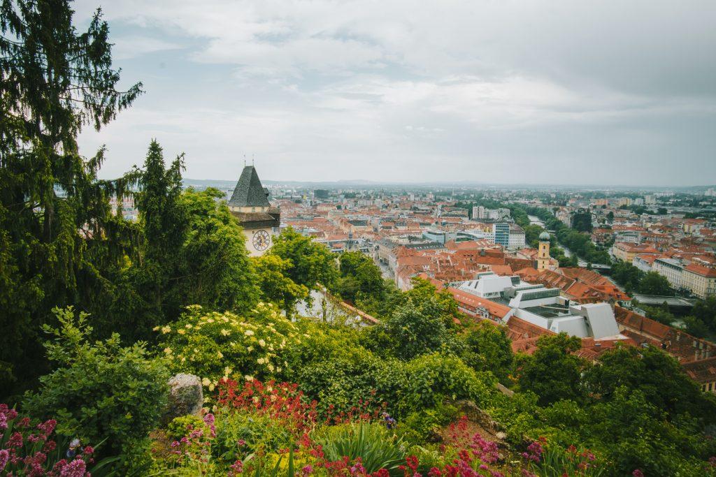 Grün thront der Schlossberg über Graz