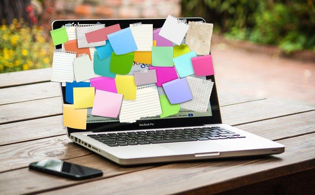 Zettel am Laptop