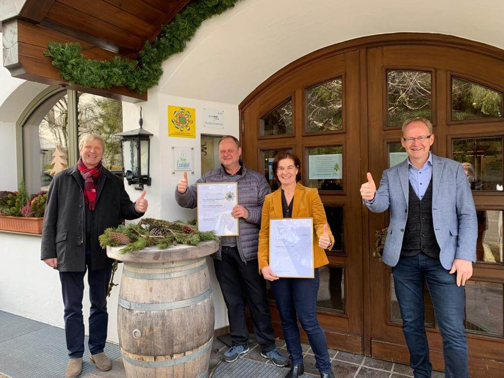 Familie Madreiter vor dem Hotel der Löwe mit der Umweltzeichen Urkunde. Bild©Hotel der Löwe